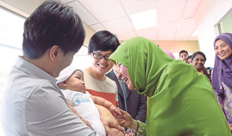 DR Wong (dua dari kanan) memberi penerangan kepada Tunku Azizah sambil diperhatikan Dr Norazlin (dua dari kiri).
