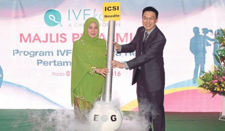 TUNKU Azizah bersama Dr Wong pada gimik pelancaran IVF Kos Ultra Rendah.